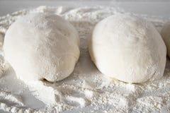Morceaux de pâte sur une table blanche avec de la farine image libre de droits