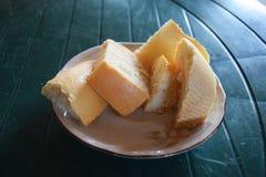 Morceaux de pain dans un plat Photographie stock