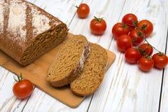 Morceaux de pain fait maison avec des tomates Photographie stock libre de droits