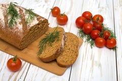 Morceaux de pain fait maison avec les tomates et l'aneth Image libre de droits