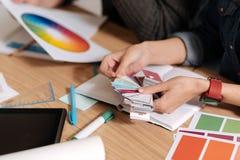 Morceaux de papier tenu par un gentil concepteur professionnel Photos stock