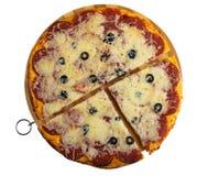 Morceaux de pepperoni cuites au four de pizza sur la planche à découper d'isolement sur le blanc Vue sup?rieure image libre de droits