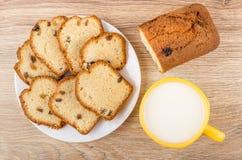 Morceaux de petit pain avec le raisin sec dans la glace blanche Photos libres de droits