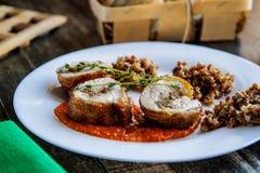 Morceaux de petit pain et de sarrasin de poulet sur une vue de côté de plat en céramique photo stock