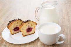 Morceaux de petits pains dans le plat, le broc et la tasse de lait Photo libre de droits