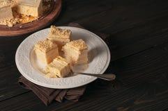Morceaux de plan rapproché de napoléon de gâteau dans le plat blanc Photographie stock libre de droits