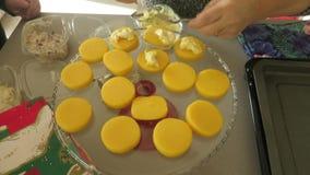 Morceaux de polenta avec du fromage assorti banque de vidéos