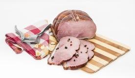 Morceaux de porc sur une planche à découper Photo libre de droits