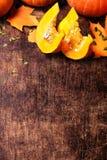 Morceaux de potirons Vue avec des potirons sur une table en bois avec la cannette de fil Images libres de droits