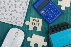 Morceaux de puzzle avec le texte et le x22 ; Tips& x22 d'impôts ; , calculatrice, bloc-notes, clavier d'ordinateur photos libres de droits