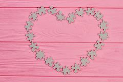 Morceaux de puzzle formant le cadre de coeur Photos libres de droits