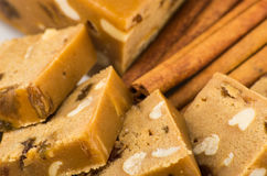 Morceaux de sorbet avec l'arachide et les raisins secs, bâtons de cannelle image stock