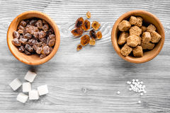 Morceaux de sucre pour des bonbons sur la moquerie grise de vue supérieure de fond de table de cuisine  Photographie stock