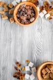 Morceaux de sucre pour la nourriture douce faisant cuire sur la moquerie grise de vue supérieure de table de cuisine  Photographie stock