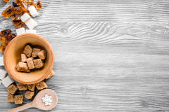 Morceaux de sucre pour la nourriture douce faisant cuire sur la moquerie grise de vue supérieure de table de cuisine  Images stock