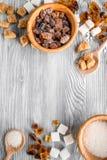 Morceaux de sucre pour la nourriture douce faisant cuire sur la moquerie grise de vue supérieure de table de cuisine  Photos libres de droits