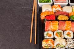 Morceaux de sushi avec des baguettes Photographie stock