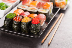 Morceaux de sushi avec des baguettes Photo libre de droits