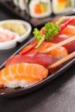 Morceaux de sushi avec des baguettes Photo stock