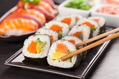 Morceaux de sushi avec des baguettes Photos libres de droits