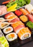 Morceaux de sushi avec des baguettes Images libres de droits