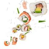 Morceaux de sushi japonais délicieux congelés dans le ciel Photo stock
