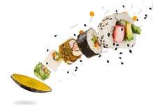 Morceaux de sushi japonais délicieux congelés dans le ciel Image libre de droits