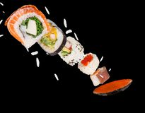 Morceaux de sushi japonais délicieux congelés dans le ciel Photographie stock