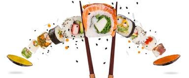 Morceaux de sushi japonais délicieux congelés dans le ciel Image stock