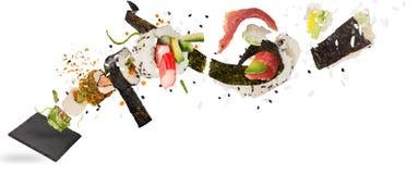 Morceaux de sushi japonais délicieux congelés dans le ciel Photos libres de droits