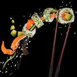 Morceaux de sushi japonais délicieux congelés dans le ciel Photo libre de droits