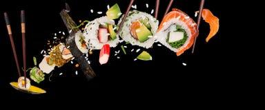 Morceaux de sushi japonais délicieux congelés dans le ciel Photos stock