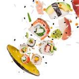 Morceaux de sushi japonais délicieux congelés dans le ciel Images stock