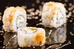 Morceaux de sushi sur le fond noir Images libres de droits