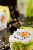 Morceaux de sushi sur le fond noir Photo stock