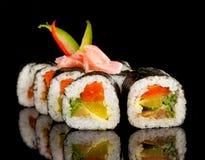 Morceaux de sushi sur le fond noir Image stock