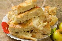 Morceaux de tarte aux pommes avec des pommes Image stock