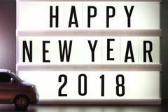 Morceaux de texte anglais orthographiant la nouvelle année 2018 sur le caisson lumineux lumineux Photo libre de droits