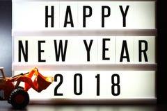Morceaux de texte anglais orthographiant la nouvelle année 2018 sur le caisson lumineux lumineux Photos stock