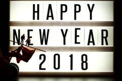 Morceaux de texte anglais orthographiant la nouvelle année 2018 sur le caisson lumineux lumineux Photographie stock libre de droits