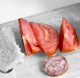 Morceaux de tomates rouges avec la saucisse et le pain Photos stock