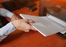 Morceaux de traction de femme d'affaires de papier de l'imprimante photo libre de droits