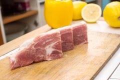 Morceaux de viande coupés sur une planche à découper en bois Photos stock