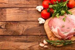 Morceaux de viande crue coupés en tranches pour le barbecue Images libres de droits