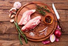 Morceaux de viande crue coupés en tranches pour le barbecue Photos libres de droits