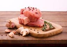 Morceaux de viande crue coupés en tranches pour le barbecue Photo stock
