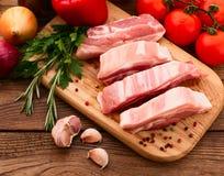 Morceaux de viande crue coupés en tranches pour le barbecue Photographie stock libre de droits