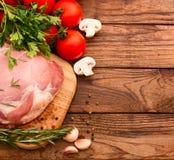 Morceaux de viande crue coupés en tranches pour le barbecue Photo libre de droits