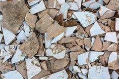 Morceaux de vieilles tuiles brisées sur la fin de la terre  Photo libre de droits