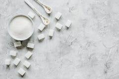 Morceaux du sucre blanc sur la moquerie grise de vue supérieure de fond de table  Photos stock